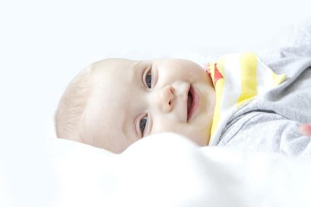 Bébé peut dormir en toute tranquilité sur son matelas anti tête plate (plagiocéphalie)
