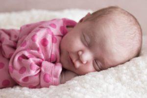 Bébé dort sur un matelas bébé coco latex bio.