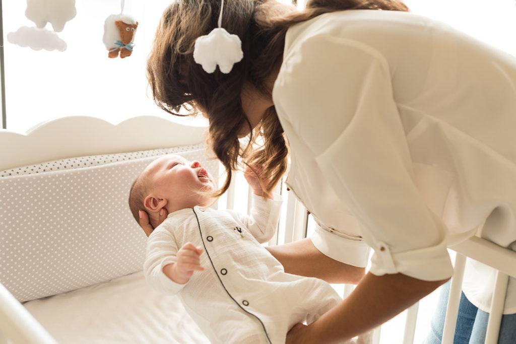 Comment aider bébé à s'endormir seul