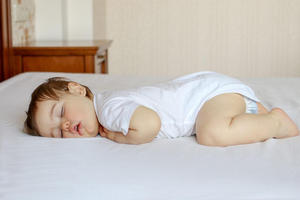 bébé dort bien sur le coté